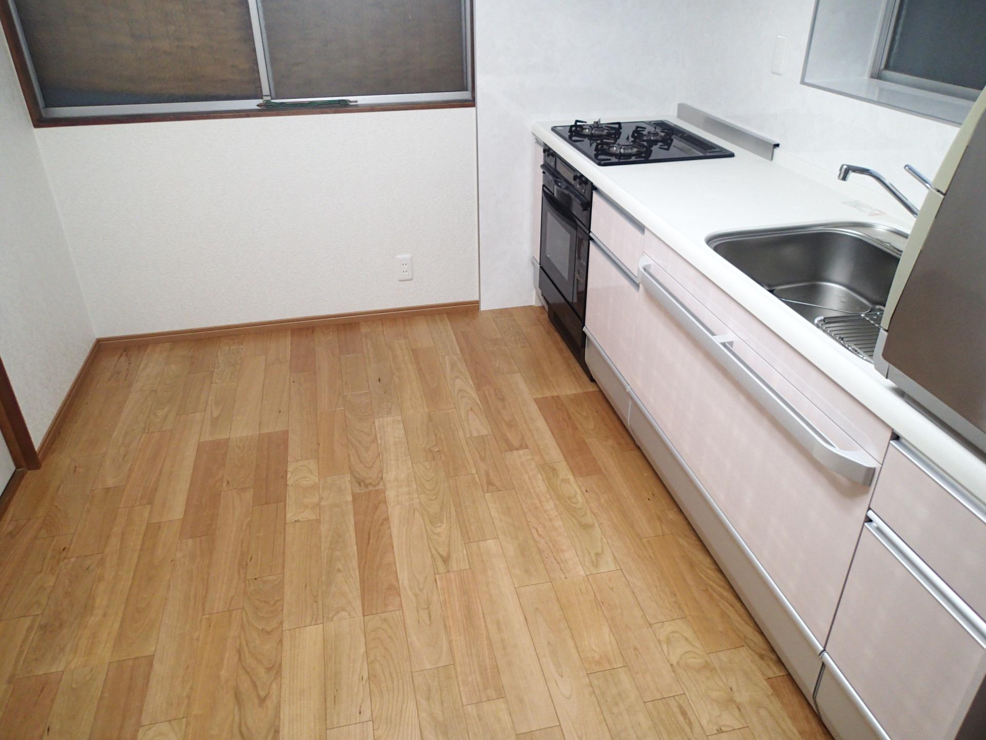 木目が美しいブラックチェリーの床材。床暖房で快適に。