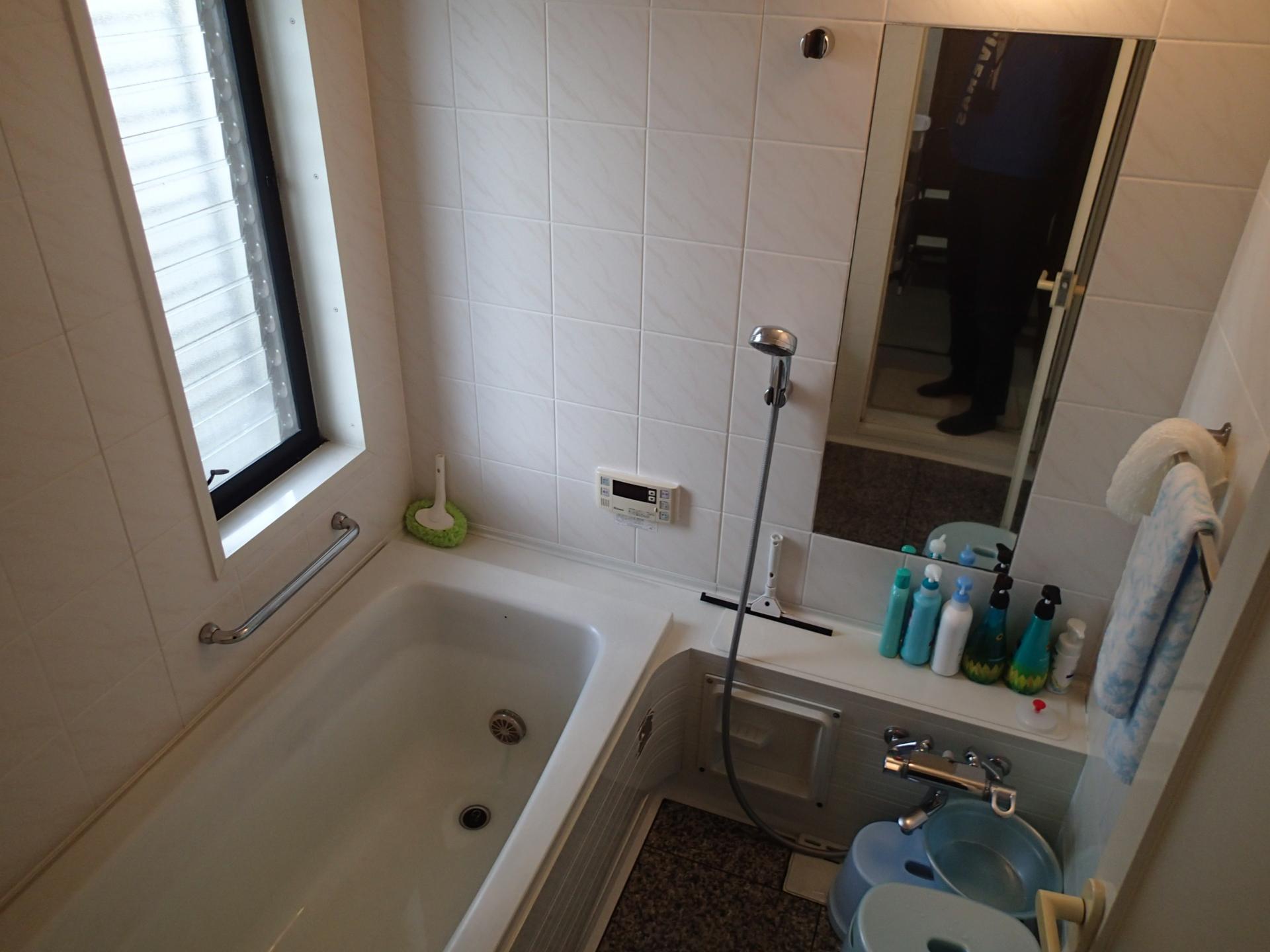 浴槽が老朽化で変質 タイル張りの床材がとても冷たい浴室でした