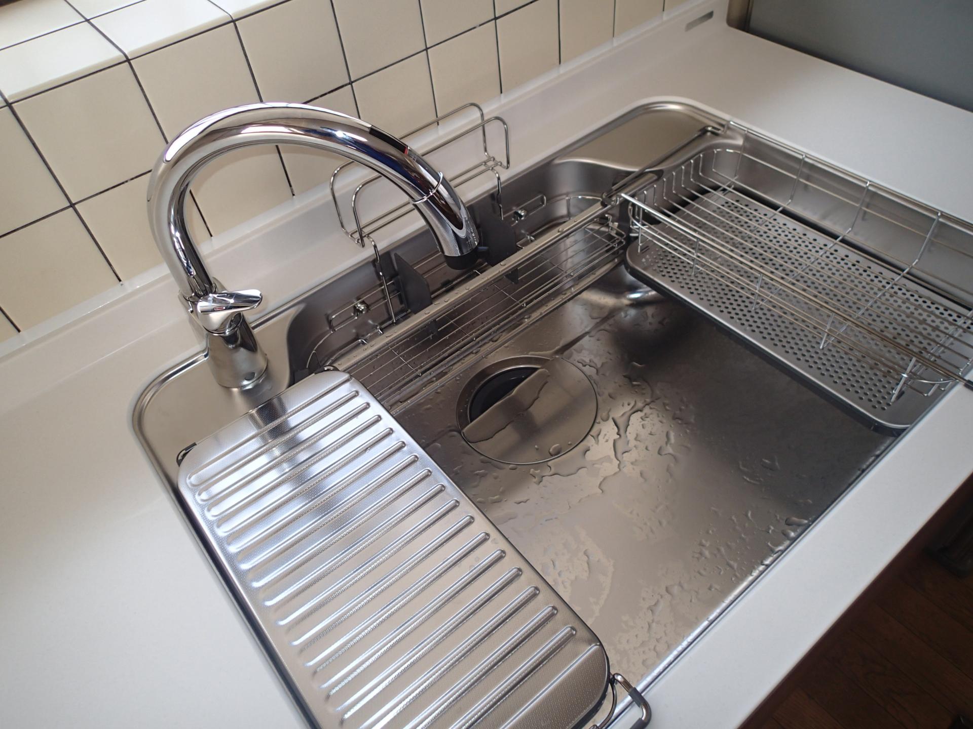 Wサポートシンクは立体的にシンクを利用できて調理も後片つけも効率アップ。ハンズフリー水栓は手をかざすだけで吐水、止水ができるスグレモノ。