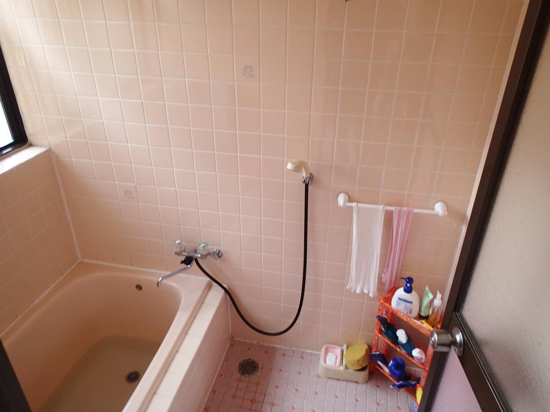 リフォーム前はタイル貼りの浴室
