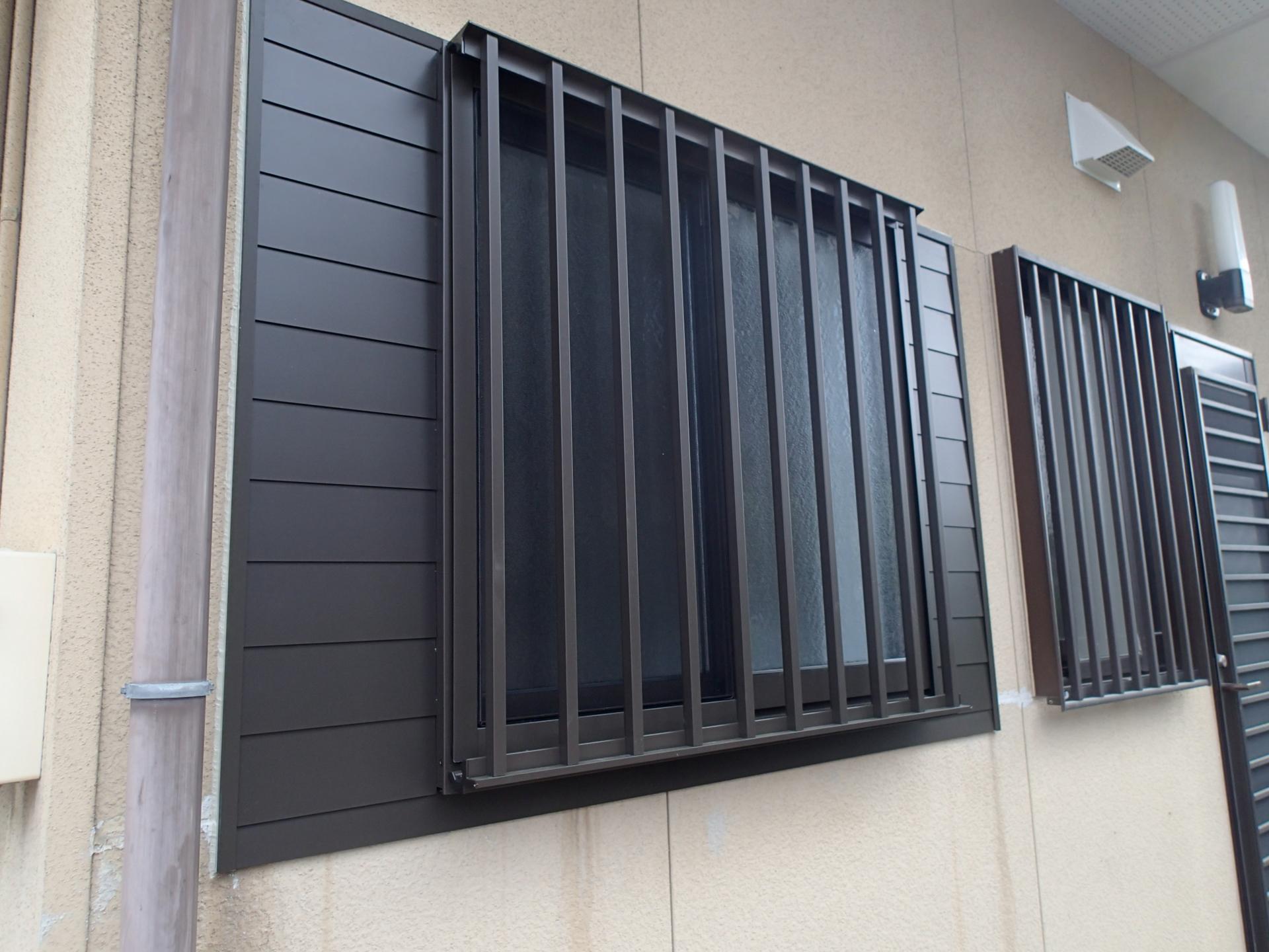 窓は幅を小さくしました。小さくなった部分はサッシと同じアルミ材で塞ぎました。