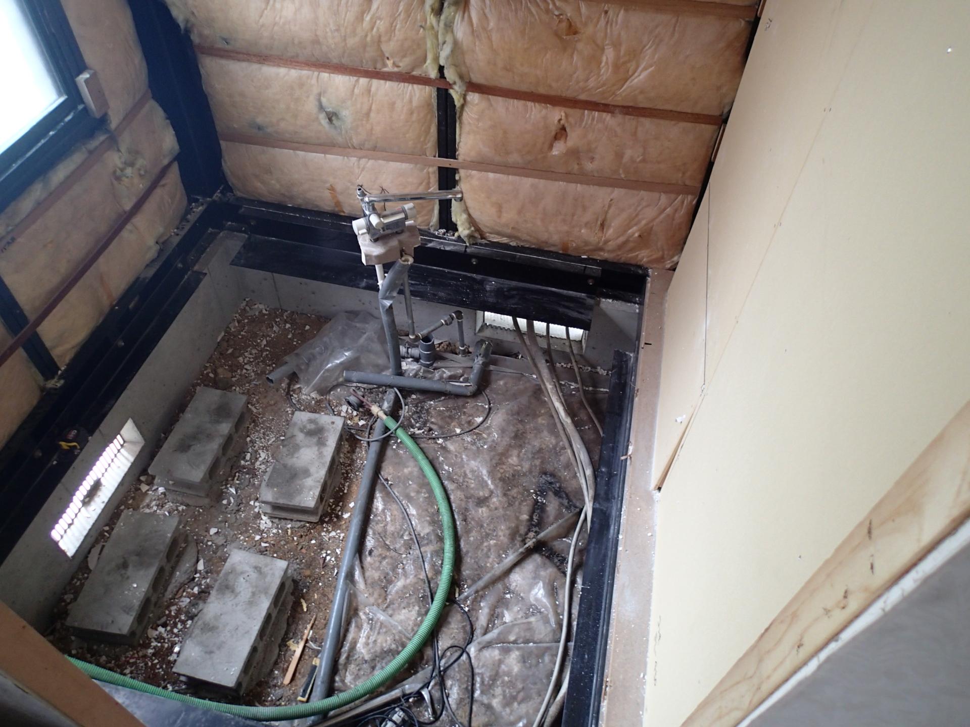 解体後の写真です。通常のシステムバスはコンクリートの上に設置してありますがこの住宅メーカーの浴室は鉄骨の上に設置してありました。土間にコンクリートを打設する必要があります。