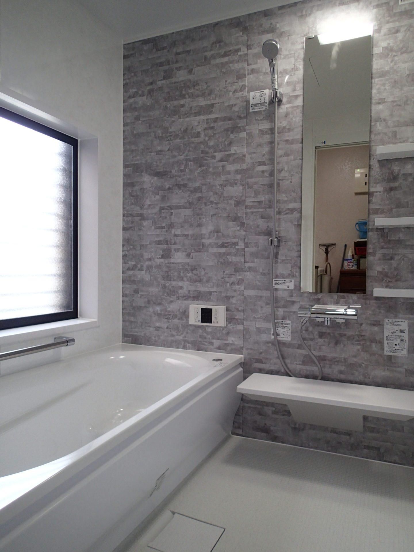 明るく清潔感のある浴室に