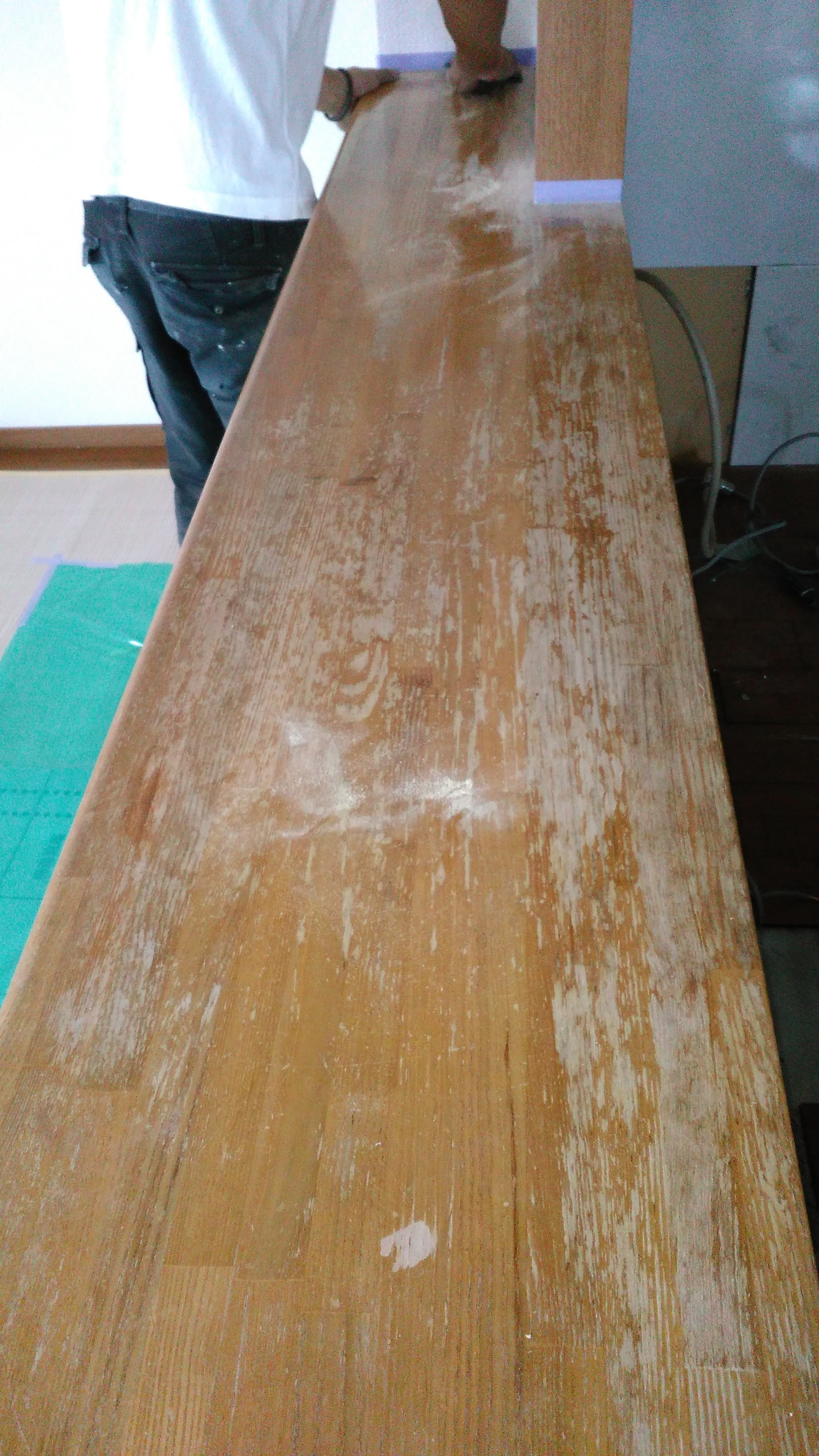 築25年のマンション キッチンカウンターはタモ集成材、表面塗装の剥離で表面のみ傷んでいる