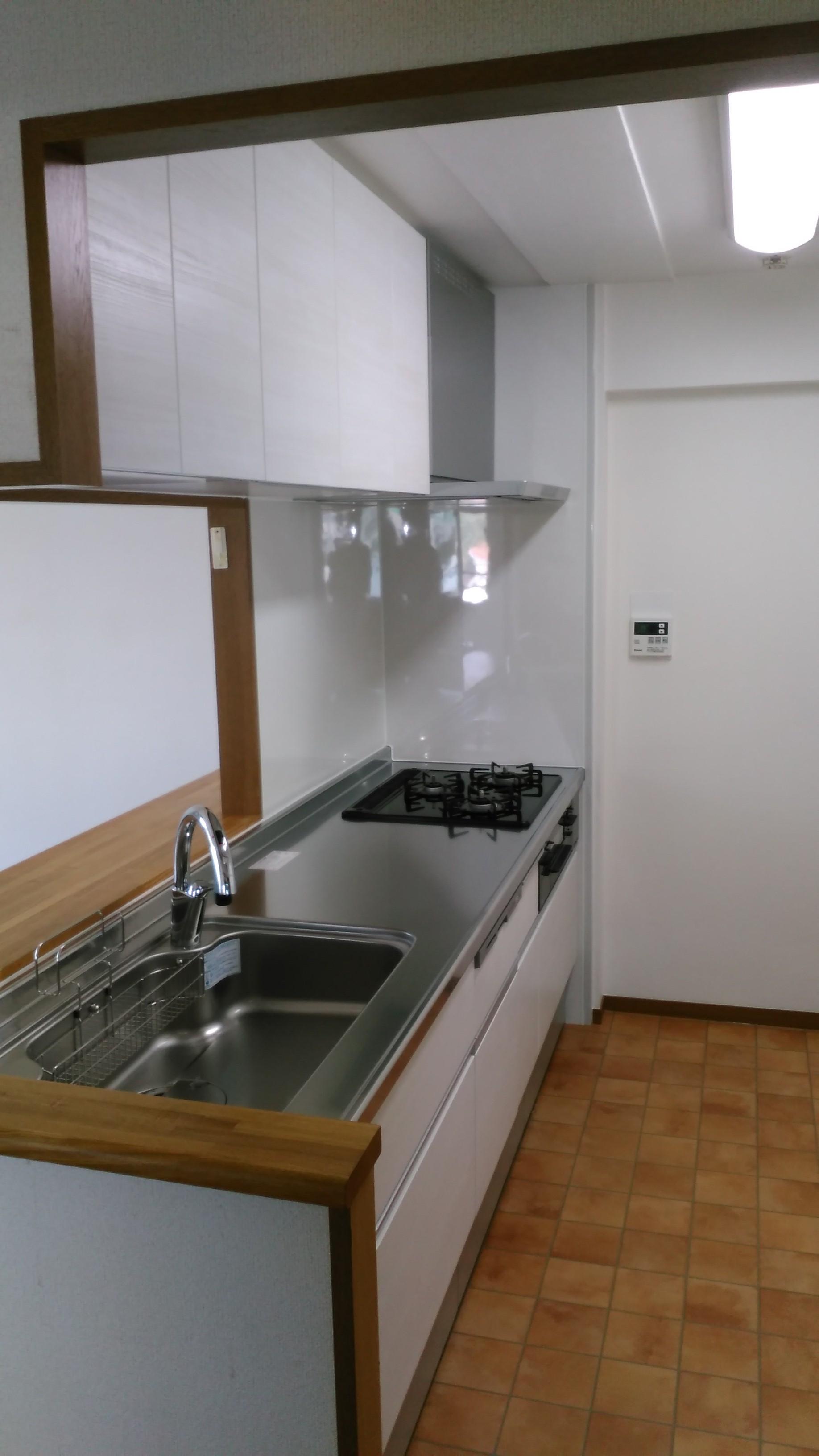 キッチン本体はもキッチリとおさまりました、床はテラコッタ調のクッションフロアです