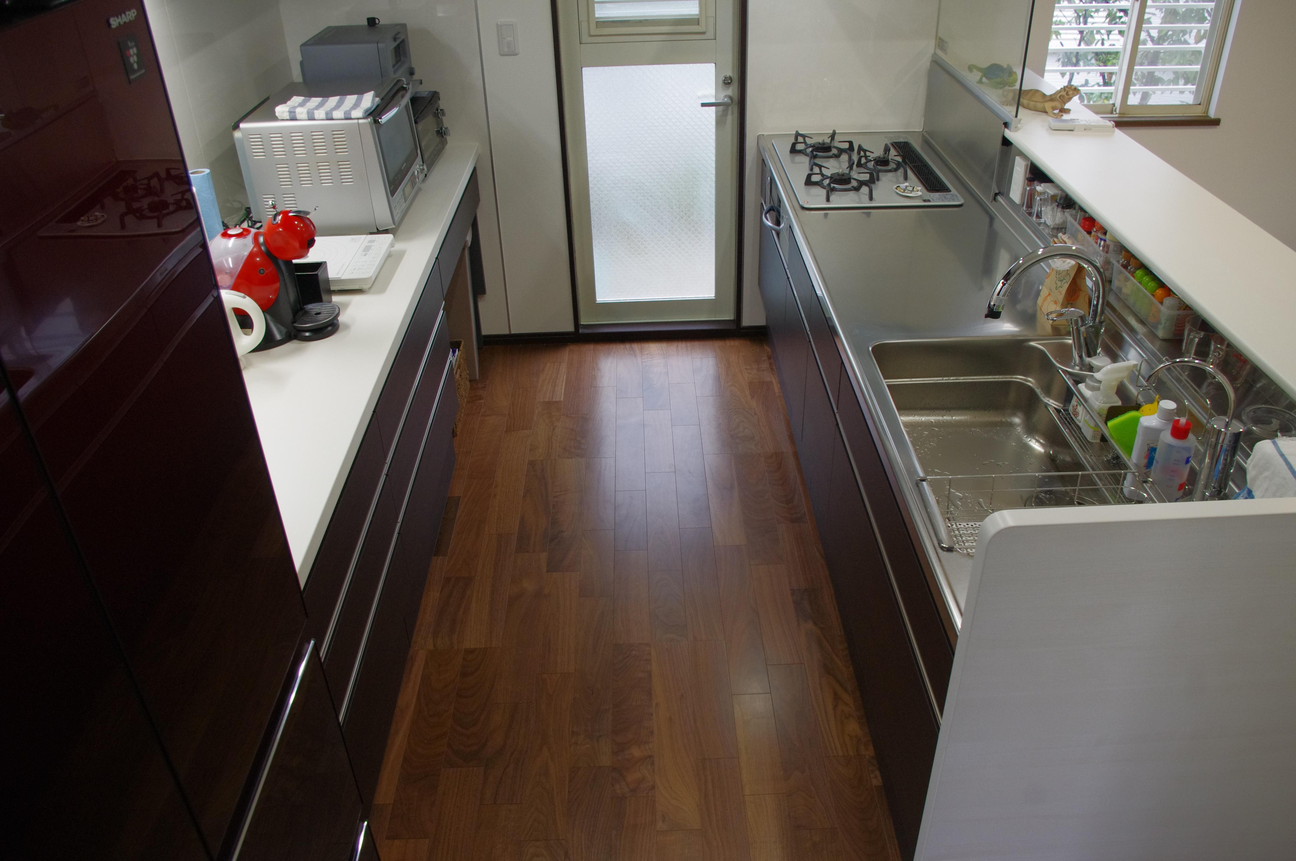 水を扱うキッチン部分はステンレスカウンター&ステンレスキャビネット、背面収納は人大カウンター&木製キャビネット
