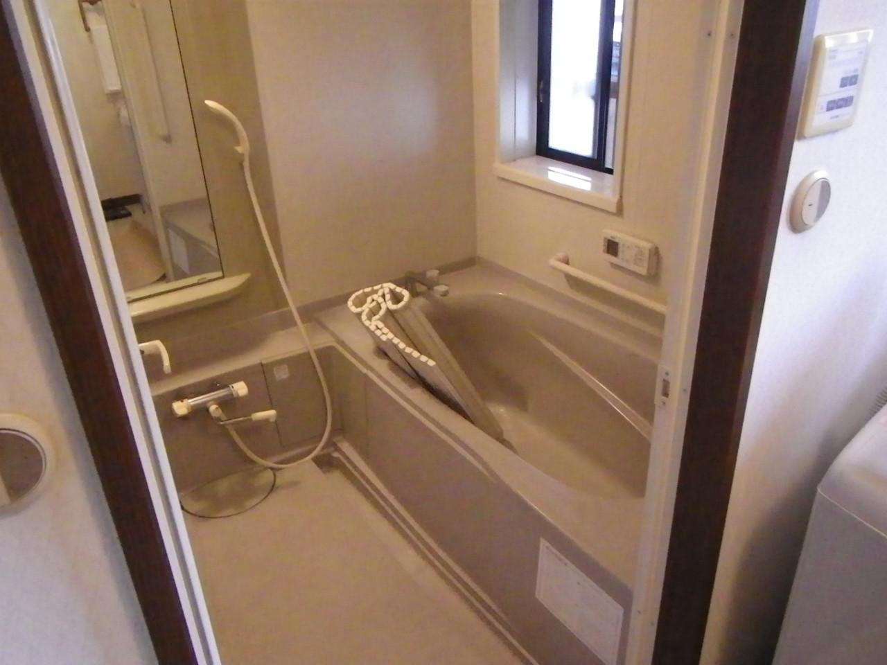 着工直前写真。きれい好きの奥様は、これから解体する浴室を隅々までお掃除されていました。写真中央に見える洗い場の溝が深く、少し危険な浴室でした。