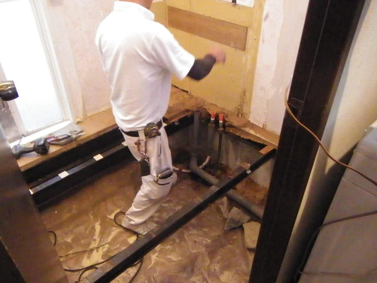 大工さんの手によって、床下の構造物だけになった状態。水を吸って膨らんでしまった床化粧材の下、下地材まで取り払って、フワフワ感やカビ臭ともお別れです。