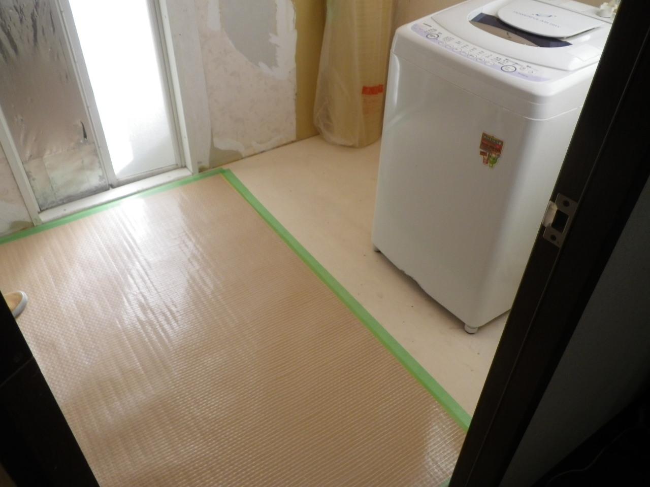 初日作業終了。洗面台は床仕上げのクッションフロアを施工した後に設置する為、浴室を利用できるように床養生まで行いました。洗濯機は毎日使用するので、新しくなった壁水栓・床排水金物に接続してあります。