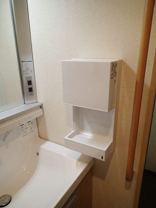 タッチレス水栓の洗面化粧台の横にジェットタオルを設置