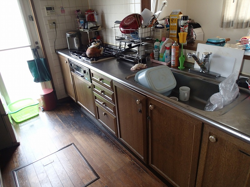 20年分の汚れと老朽化、故障で使いにくくなってしまったキッチン。