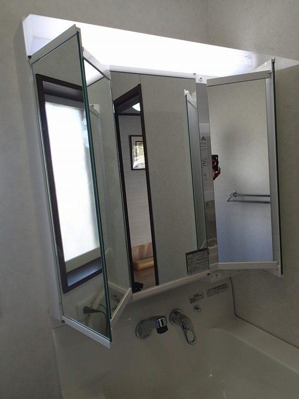 両サイドの鏡は内側にも鏡があるのでいろいろな使い方ができます