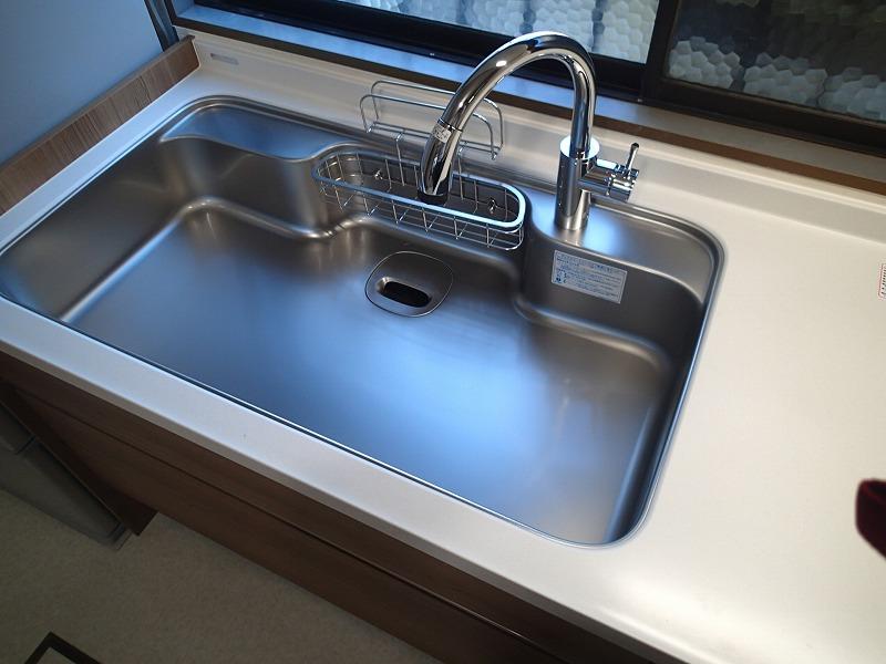 カクダイ製のハンドシャワー水栓、シンクも他のメーカーではあまり見ない幅広サイズです