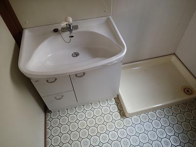 まだ十分使える洗面化粧台ですが、ボウルの高さが低く身長の高い方には使いづらい高さです
