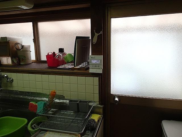 年数が経った台所空間は少し暗い印象でした