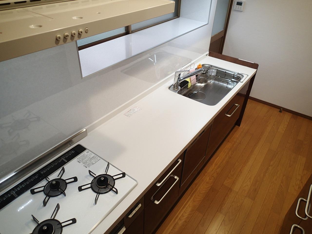 奥行き60センチのシステムキッチンですが中央の調理スペースを大きくとって使いやすく設計
