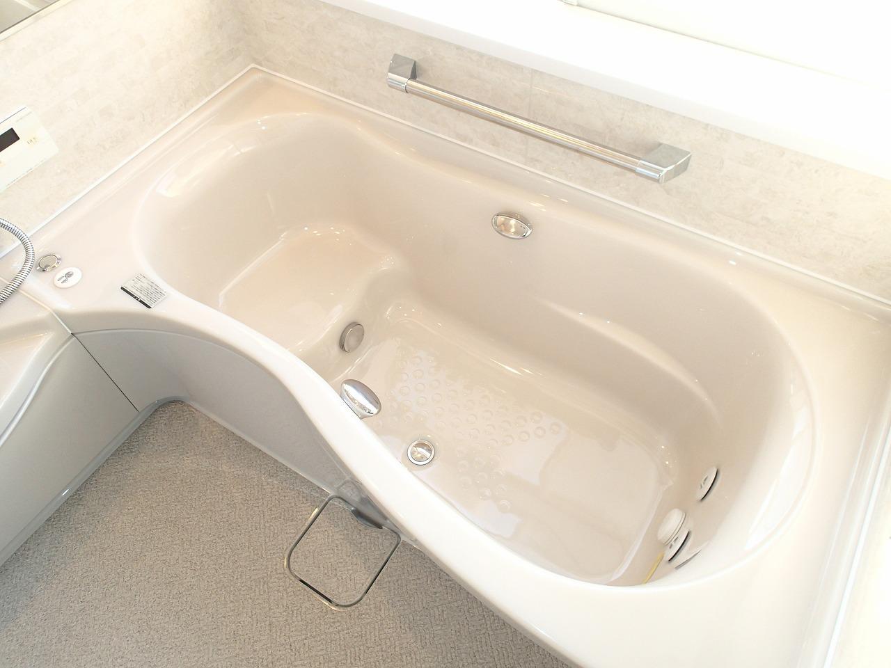 グレードアップした人工大理石の深みのある質感、うるおい浴+(マイクロバブル+ジェットバス)でリフレッシュ。エルゴデザイン浴槽でゆったり入浴できます