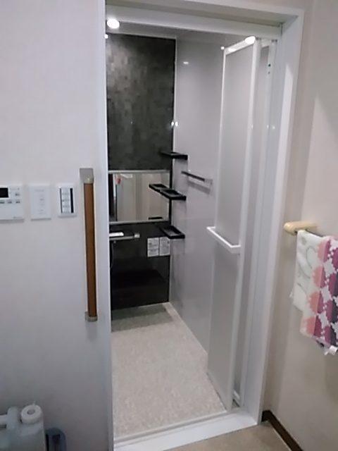 従来のドア枠を撤去した後、新しい浴室ドアに枠を取付ます、この収まり 自慢の出来栄えでしょ?!