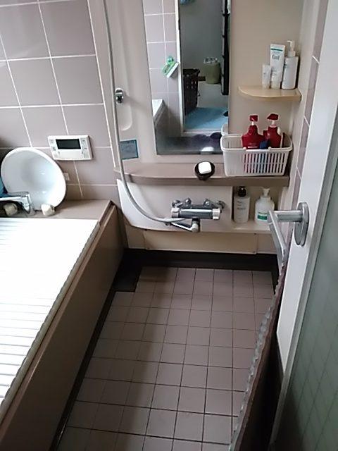 INAXブランドの高級仕様の浴室です、床・壁ともタイル張りなので冬場の寒さ対策も切望されていました
