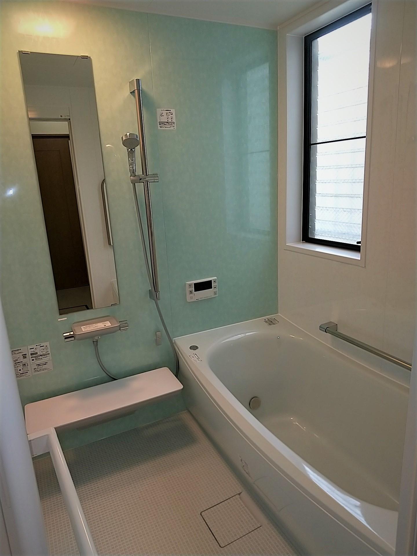 新しい壁柄で、清涼感のあるお風呂へと一新!