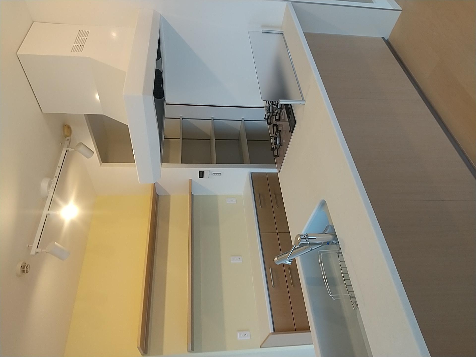 完成したフラット型キッチン 背面には同シリーズのカウンター収納を配置 このエリアは見せる収納スペースに