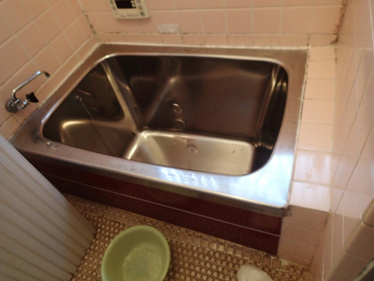 脚が伸ばせなかった浴槽。床のタイルがポロポロ剥がれてきてしまっていました
