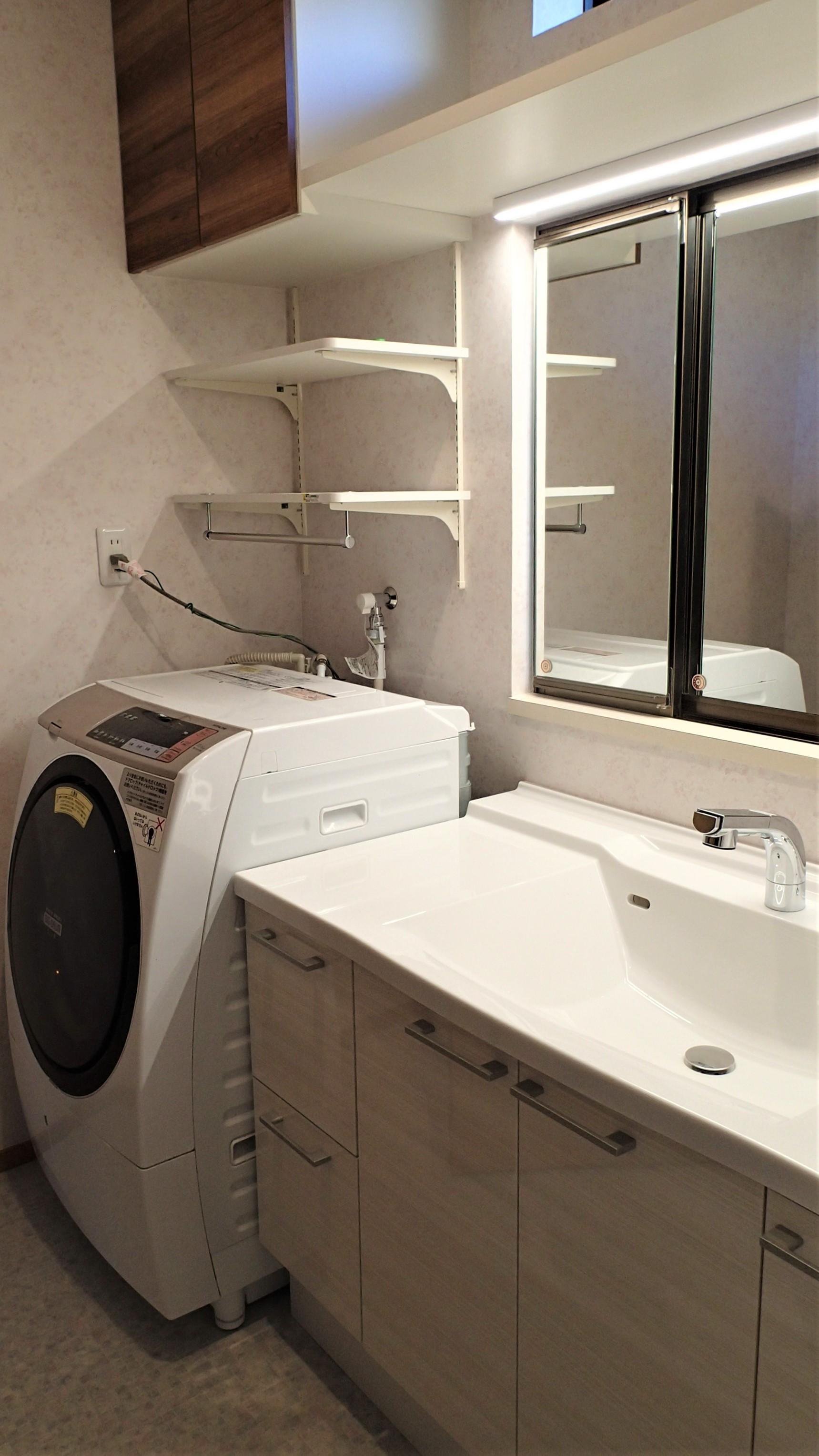 洗面化粧台の幅を小さくして横に洗濯機を設置できるように計画
