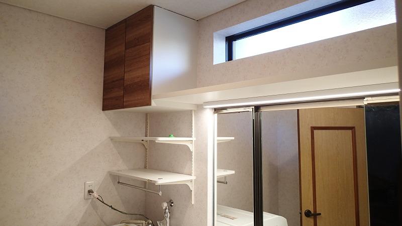 システムキッチン用の吊戸棚を利用、棚板と可動棚、薄型のLED照明を組み合わせ