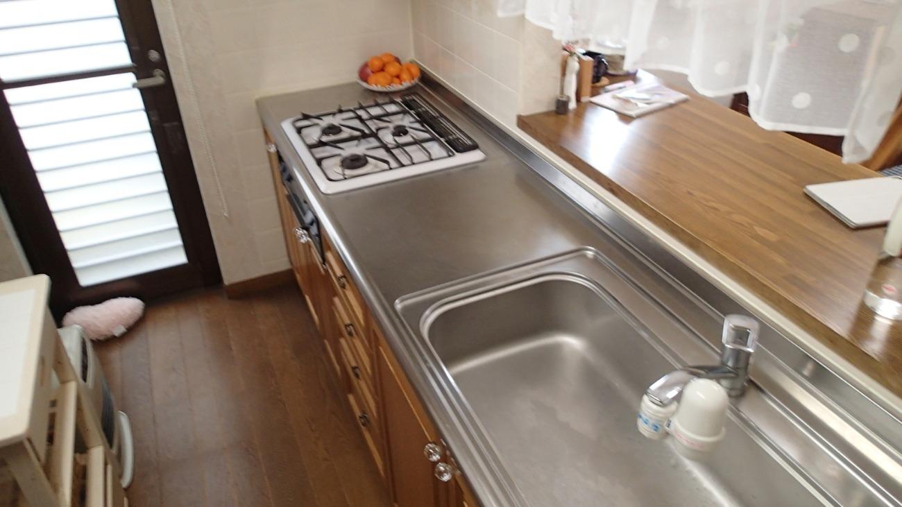 ブラウンのキッチンは落ち着きがあるのですが、色褪せや汚れが少し目立ってきていました。