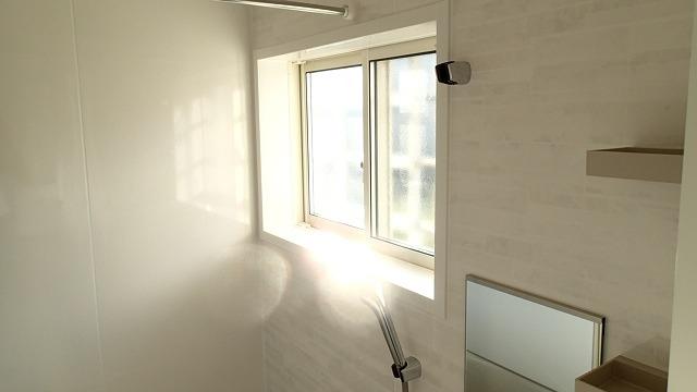 窓も一新して新築同様の浴室に